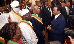 Paul Biya entouré de ses collaborateurs