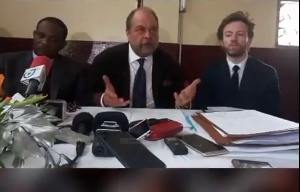 Eric Dupont Moretti (au milieu) avait défendu Maurice Kamto au Cameroun