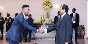Samuel Eto'o saluant Paul Biya
