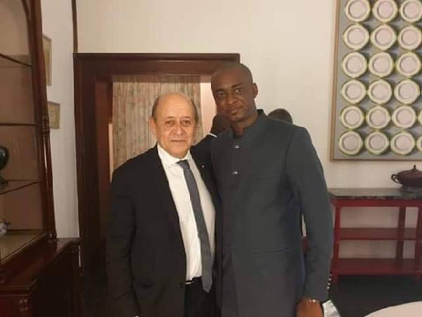 Le ministre français Yves Le Drian et Cabral Libii, président et député du PCRN