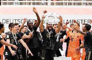 Choupo-Moting célèbre son titre de champion d'Allemagne