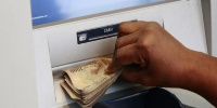 Un client d'une banque dans un guichet automatique