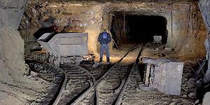 Travaux dans une mine d'exploitation du fer au Cameroun