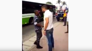 Un Arabe frappe un policier en pleine rue