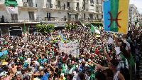 Des manifestants brandissent aussi le drapeau berbère, à Alger, le 21 juin 2019.