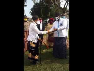 Dr Roger bassa Ndine échangeant avec un chef canton