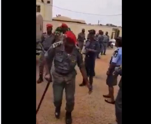 Les gendarmes en train de danser
