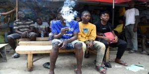 Des jeunes en train de fumer de la drogue