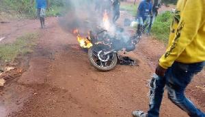 Les Amba Boys abattent un conducteur de moto désespéré