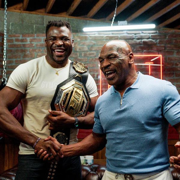 Francis N'gannou présente sa ceinture à Mike Tyson