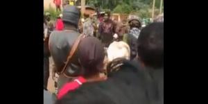 Le général No Pity au milieu de la foule