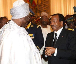 Le Sultan Ibrahim Mbombo Njoya saluant le président Biya