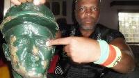 Le  combattant qui décapite les têtes des statues françaises au Cameroun
