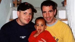'Nous avons trouvé un bébé dans le métro - maintenant c'est notre fils'
