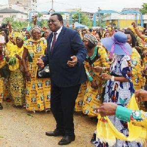 Jean de Dieu Momo, ministre dans le gouvernement de Dion Ngute avec ses militants