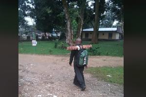 Père Lado en train de marcher