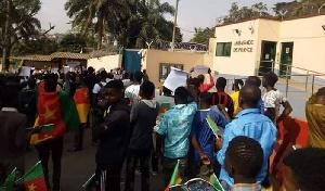Environs 250 jeunes soudoyés manifestent leur soutien à Paul Biya devant l'ambassade de France
