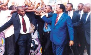 Biya saluant une foule de partisans