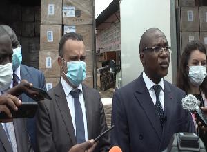 Le ministre de la santé, Dr Malachie Manaouda et des contributeurs dans la lutte contre la pandémie