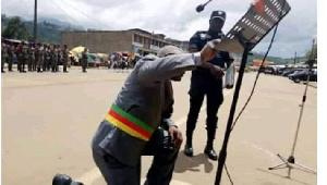 Le maire de Bamenda à genoux implore la paix au Cameroun