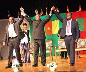 Maurice Kamto au milieu de Penda Ekoka et Albert Dzongang
