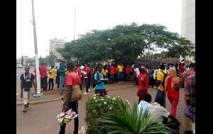 Les jeunes à l'aéroport de Yaoundé