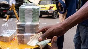 Un homme en train d'envoyer de l'argent