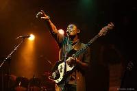 Papy Anza en prestation sur scène
