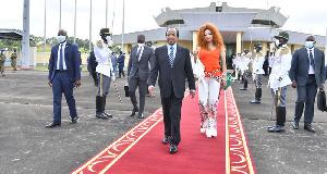 Biya et sa femme à l'aéroport