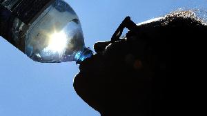 Boire beaucoup de liquide en une seule fois peut faire passer plus d'eau dans le corps
