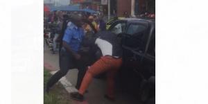 Empoignades entre le policier et le conducteur