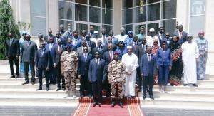 Photo officielle du premier gouvernement du Conseil militaire de transition