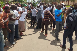 Maurice Kamto accueilli à Bafoussam par une foule en liesse
