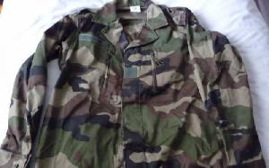 Une tenue militaire