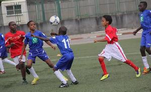 Des enfants dans un centre de formation de football
