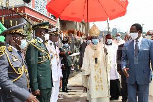 Joseph Beti Assomo et Monseigneur Jean Mbarga lors de la cérémonie