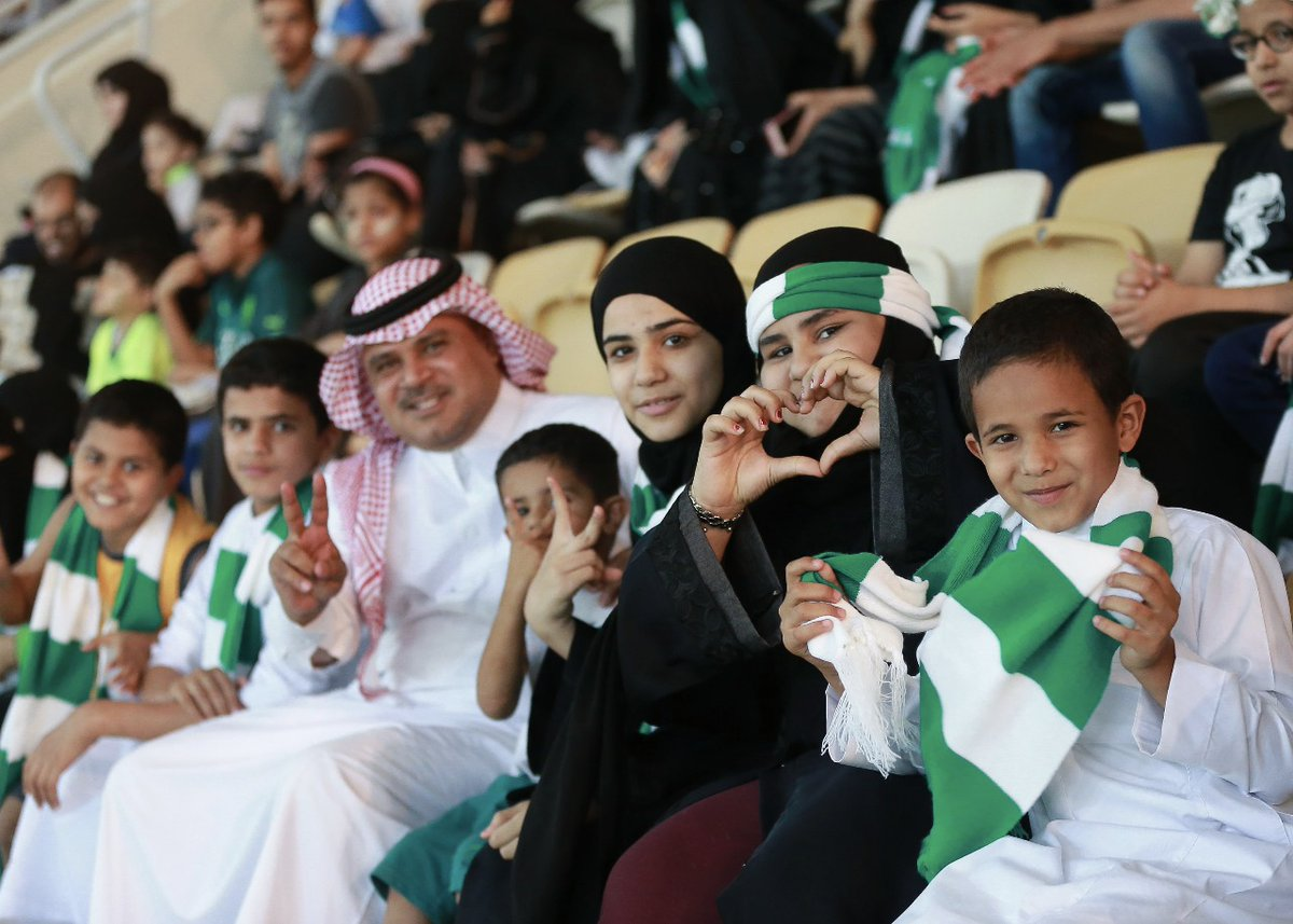 arabie saoudite des femmes assistent pour la premi re fois un match de football sports. Black Bedroom Furniture Sets. Home Design Ideas