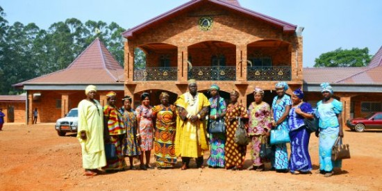 Guy Bertrand Momo Soffack, de la chefferie Foto-Dschang, entouré de ses épouses