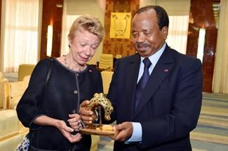 L'Ambassadrice de France au Cameroun Christine Robichon et le président Paul Biya