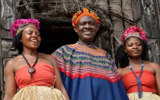Le fon (roi) Abumbi II de Bafut et ses épouses